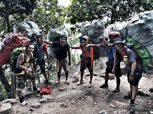 The six hikers carrying massive bags of trash down to the base of the mountain. Photo courtesy of Nguyen Chien.