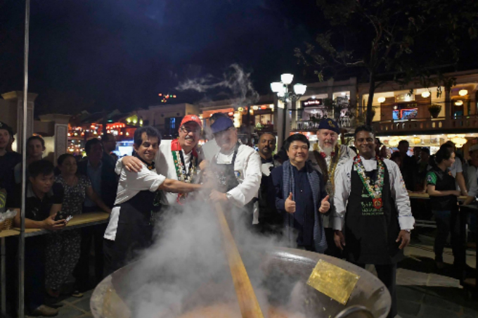 For each night of the Festival week, one chef was selected by the president of Worldchefs to cook the Big Dish. The chosen chef will cook at a big pot and then invite tourists and locals to enjoy the dish. Photo by VnExpress.
