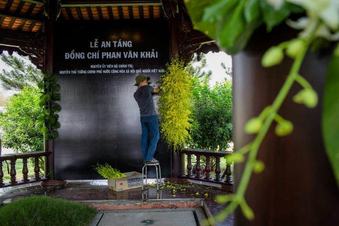 A worker puts up flowery decorations around what will be the tomb of Vietnamese late Prime Minister Phan Van Khai. He died at home in Cu Chi District, Ho Chi Minh City, aged 85 early on Saturday. His coffin had stayed at the Independence Palace in the city center the past two days for a state funeral and will be buried back at home on Thursday.