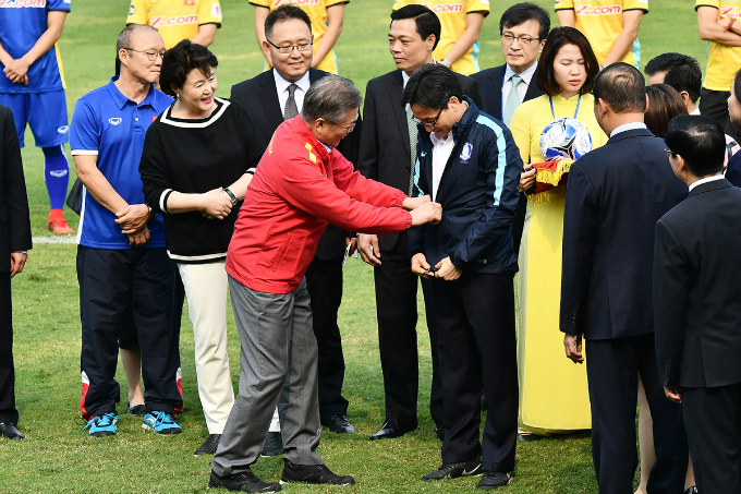 The two exchanges national team football jackets with each other. In late in January, President Moon Jae-in posted on Facebook to congratulate Vietnam for its success at the U23 Asian Cup 2018.I saw real sporting spirit in the blizzard, Moon said in a Korean post a few hours after Vietnams defeat to Uzbekistan. The spirit reached its peak in the blizzard, he said, referring to the heavy snow in Changzhou, China, which forced a long break for the snow to be cleared.