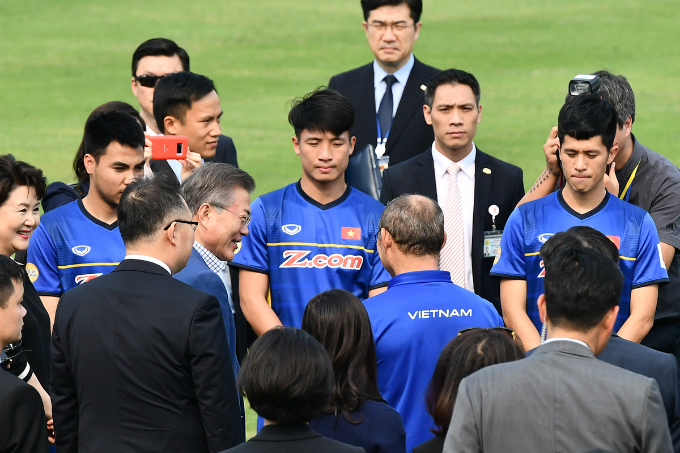 President Moon greets Vietnamese U23 football players and coach Park Hang-seo. In his January Facebook post, he also sent applause to the team and the coach. Vietnam lost in the AFC U23 final to Uzbekistan after conceding a goal in the last minute of extra time. In addition to silver medals, the Vietnamese team also received the Fair Play Award at the competition, which took place in China. It was the first time a Vietnamese national team has made it to the final of a continental championship, attracting attention from global football fans.