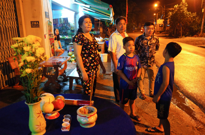 Back in his hometown in Tan Thong Hoi Commune, Cu Chi, a family wakes up early on Thursday to receive him. Hundreds of Khais neighbors have put up altars in their families.