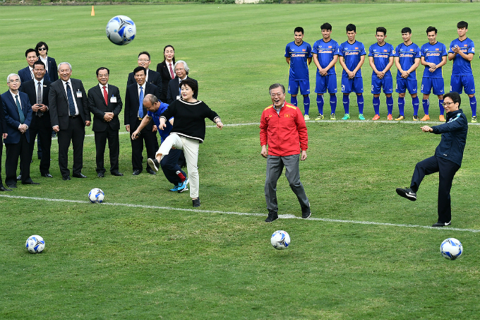 The South Korean couple and Vietnamese deputy PM kick the balls with coach Park Hang-seo.