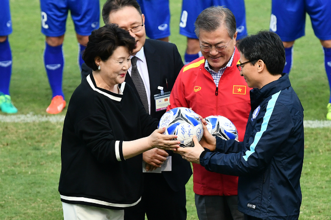 Deputy PM Dam gifts South Korean president and first lady the ball that have autographs of Vietnamese players.