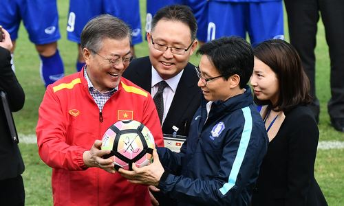 S. Korean president has kick-about with Vietnam's U23 football team and coach