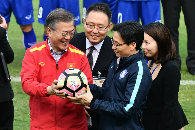 In return, South Korean president gives deputy PM Dam a ball of the South Korean national team.