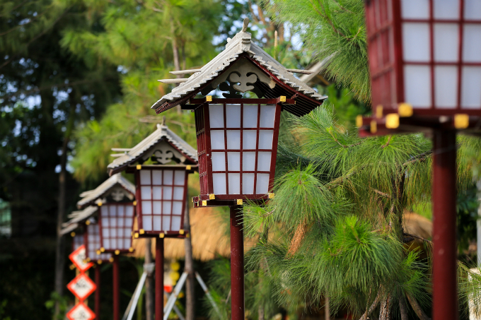 Aroundthe yard of the pagoda placed lines of lights made of wood and paper that reflect the true Japanese spirit.