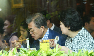 South Korea's Moon tries Vietnamese famous pho in Hanoi