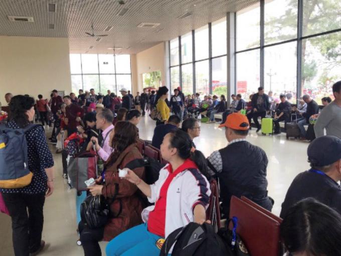 A long line of Chinese tourists waitingat Mong Cai International Border Gate. Photo by Minh Cuong