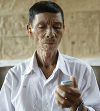 Due to a head injury during the war, Veteran Le Giang Nam now has to use a hearing aid device so that he can communicate with other people. Photo by VnExpress/Nguyen Hai