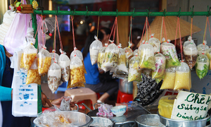 Come rain or shine, Saigon's sweet soup stalls still draw the crowds