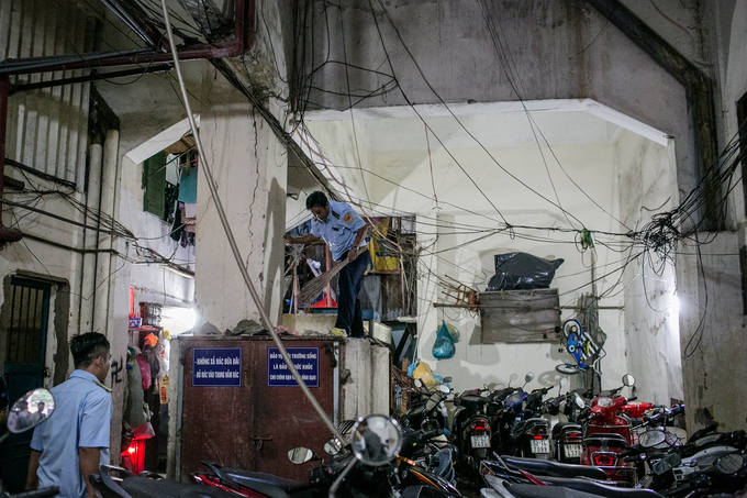 Local authorities remove bundles of electric wires in an apartment onNguyen Thi Nghia Str.in HCMCs District 1 on Wednesday.