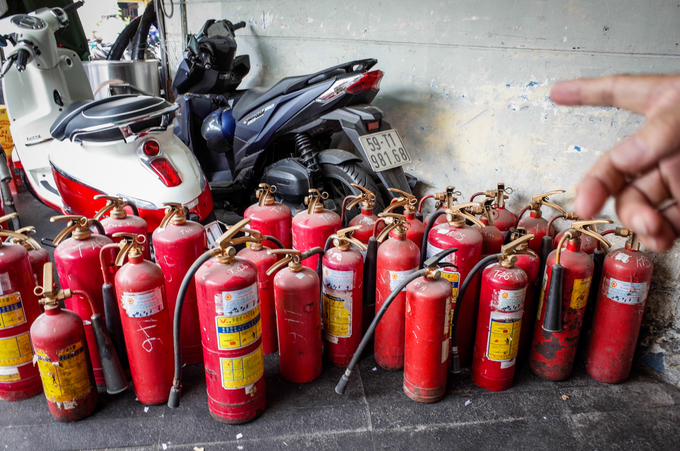 40 damaged and expired fire extinguishers were found in an apartment on Bui Vien Str.After that infamous fire in Carina Plaza, of course we were all afraid. But many people just dont heed the warnings and replace their expired fire extinguishers. Ive had to persuade them for days, said a member of the Bui Vien apartments management.