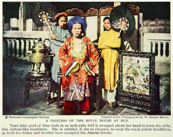 Princess My Luong wornthe traditional royal clothing of nhat binh in the city of Hue ina1931 photo of National GeographicSociety. Photo by manhhai via Flickr.