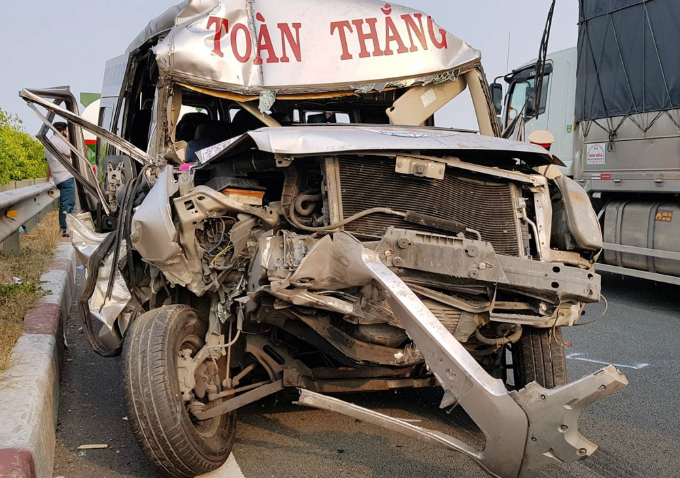 This passenger car of a travel company in Ho Chi Minh City looks like this after it plowed into an auto ahead. The thick smoke was rising straight up before it suddenly changed direction and billowed into the highway and darkened my vision. Another vehicle also hit the back of the car and passengers were screaming in panic, its driver said.