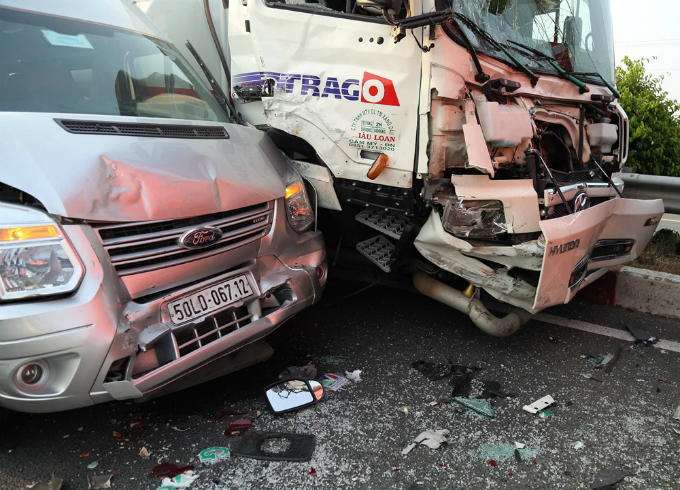 The domino crash on the Ho Chi Minh City-Long Thanh Expressway took place at around 2:30 p.m. on Tuesday and broke nine other autos, including these two.