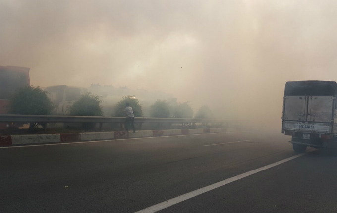 Local burns grass on their fields outside the expressway in early Tuesday  afternoon and then strong wind blew the thick smoke to the highway,  causing drivers to lose sight.