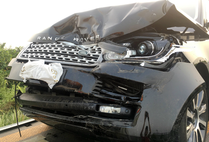 A Range Rover SUV. Nguyen Thi Hoai Phuong, deputy director of Vietnam Expressway Services Engineering Joint Stock Company (VECE), said the management board of the highway saw a fire from the fields of local spreading to the grass along the highway through smart street cameras but when the water spray truck arrives the accident had already happened.
