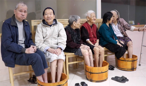 Elderly soak their feet in hot water at a nursing home in Ha Dong District, Hanoi. Photo by VnExpress/Dien Hong.