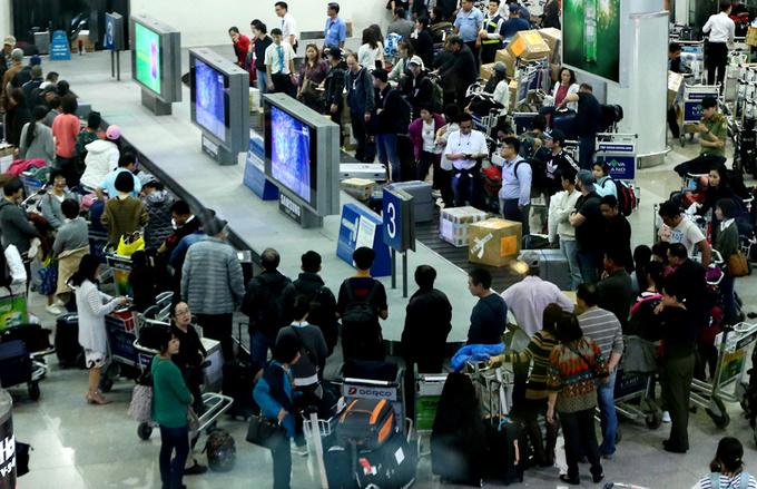 Baggage handler nabbed at Saigon airport for stealing passengers' phones