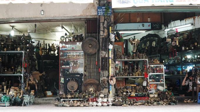 Antiques of various qualities and ages are gathered here on, a small street in the heart of Saigon. Most of what you can find here are antiques of Asian cultures, ranging from coins to Buddha statues, potteries, lamps, incense burners.