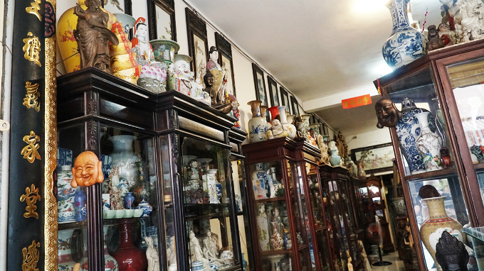 Items are arranged in accordance with their materials and ages. Rare and valuable ones are put into cupboards