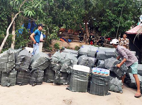 Customs boat crash kills cigarette smuggler in southern Vietnam