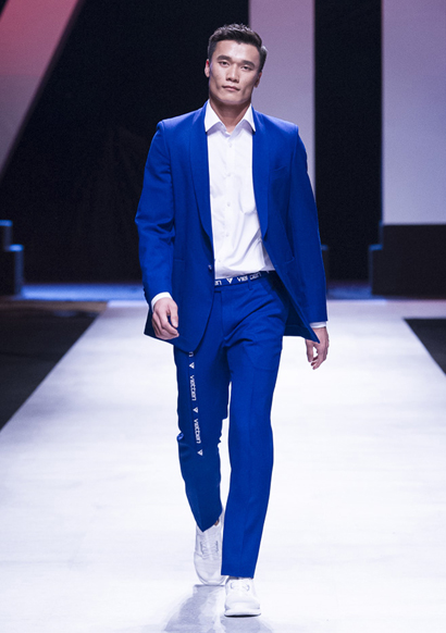 Goalkeeper Bui Tien Dung wows audiences on the closing day of the  fashion week when appearing on stage as vedette. Dung repeatedly made  headline in January when he contributed a part in helping Vietnams U23  football national team break into the final round of the U23 Asian Cup  in China, marking the first time in history that a team from Southeast  Asia has ever gone that far.