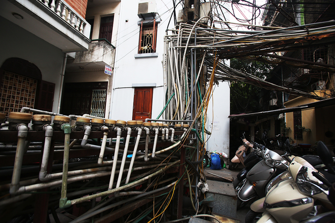 More than 40 water pipes run outside the yard of Buu Dien collective zone on Nguyen Cong Hoan Str. in Hanoi. All of them are connected to a huge tank which is the main source of water for many households here.