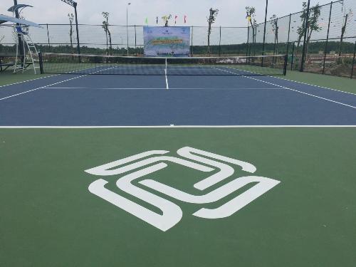 Sân tennis đạt chuẩn quốc tế - một trong những tiện ích nội khu nổi bật của dự án. Thăng Long Home  Hiệp Phước do Thăng Long Real Group phát triển vàDKRA Việt Nam cùng TLH đại diện phân phối.