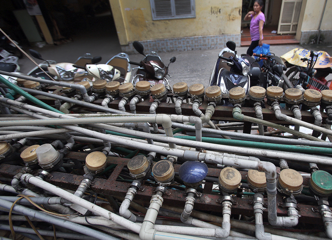 Freshwater flows through the primary meter into the tank. Each family also has their own water meter. These meters have been neatly arranged on this metal rack for years, a resident from Buu Dien collective said.