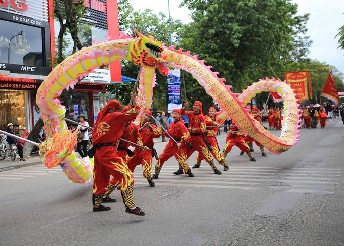 The usually quiet former imperial town Hue turns vibrant on Saturday as artists took  to the streets in a carnival for the 10th Hue Festival.More than 500 performers from Vietnam and 19 other countries, led by lion dancers from Hue, parade through major streets in front of  thousands of locals and tourists.