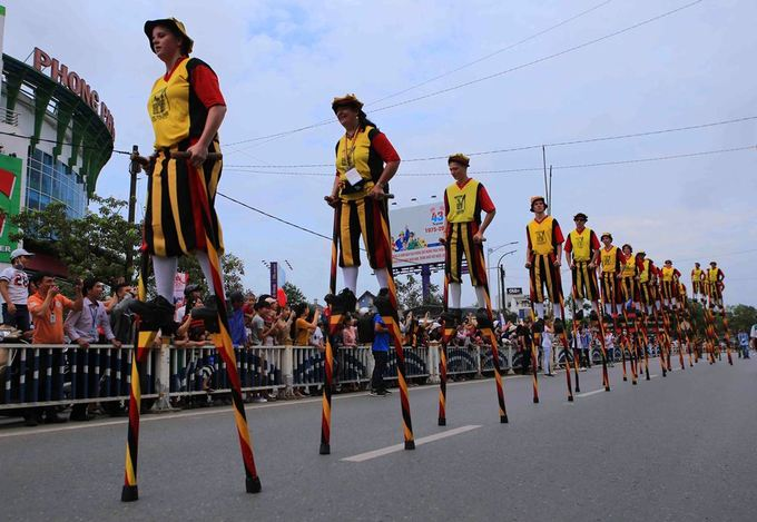 Stilt walkers from  Belgium win a big audience. The act was also a favorite part in previous editions of Hue Festival.