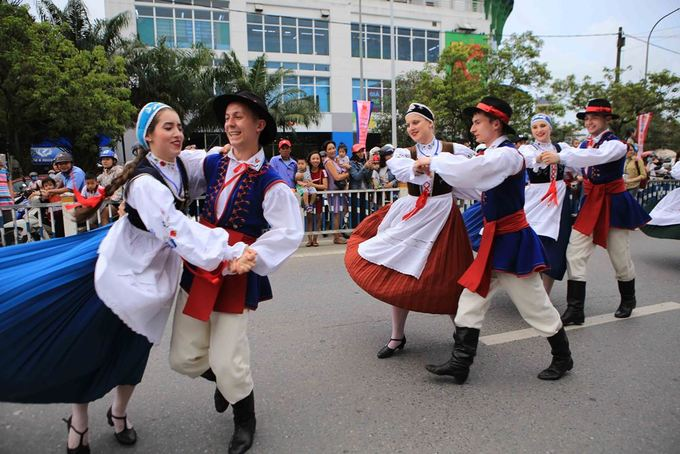 Slovak artists dance in traditional costumes. The carnival will continue on Monday and Tuesday, two public holidays of Vietnam. The six-day Hue Festival 2018 opened on Friday.