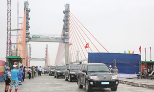 Final beam installed on first cable-stayed bridge made by Vietnam