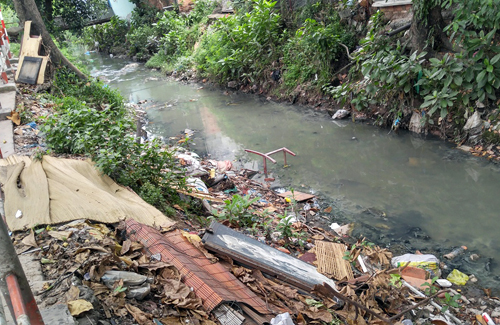 Trash almost fill up a canal that serves as a drain for Tan Son Nhat Airport. Photo by VnExpress/Huu Nguyen