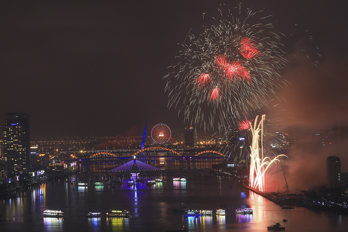 This year on five summer evening, Han River Bridge in the central town of Da Nang is once again turned into a splendid backdrop for magnificent pyrotechnic displays.