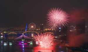 Breathtaking displays kickstart fireworks fest in Vietnam's Da Nang