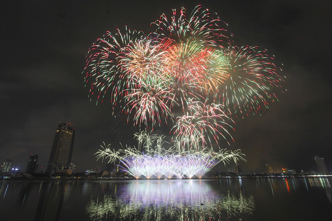 Magic was in the air Monday night above Da Nangs Han River Bridge as the Da Nang International Fireworks Festival 2018 officially began with the displays by the home team of Vietnam and Polish technicians.