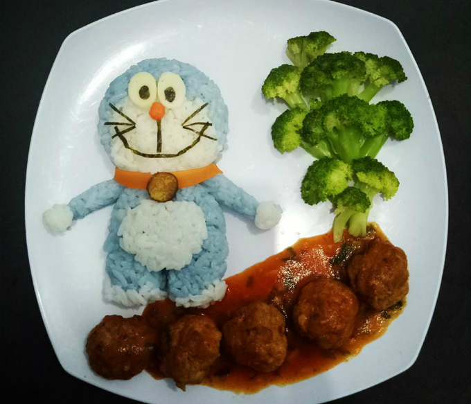 Lunch with Doraemon from rice, saute meatballs and boiled broccoli.