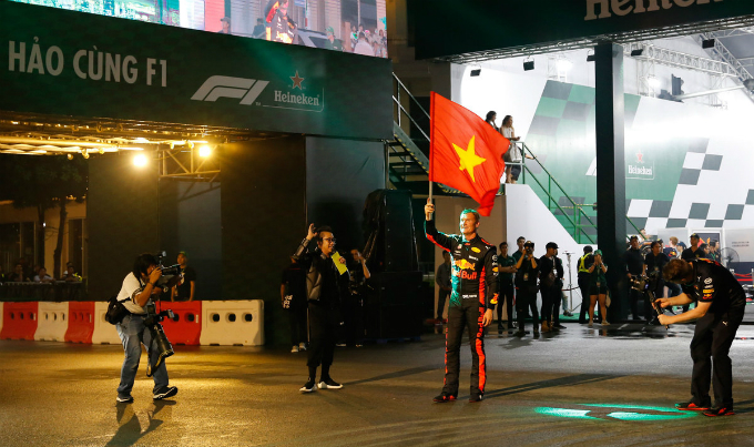Coulthard waves the flag of Vietnam after his performance. He has said goodbye to the race since 2009.