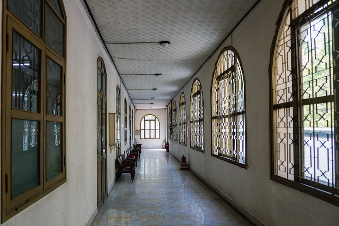 The corridor of the house was designed with four-light  windows in harmony with French style to prevent from noise and natural  impacts.