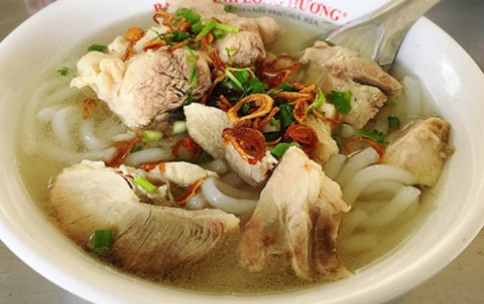 A bowl of rice-based noodles with pork knuckles in Vung Tau. Photo by VnExpress/Di Vy