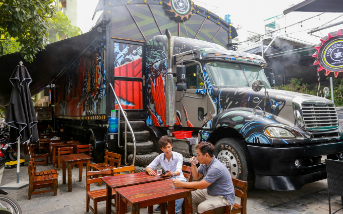 What you see here is not an accident in which truck jams into a coffee shop but a coffee shop itself in HCMCs Binh Tan District.