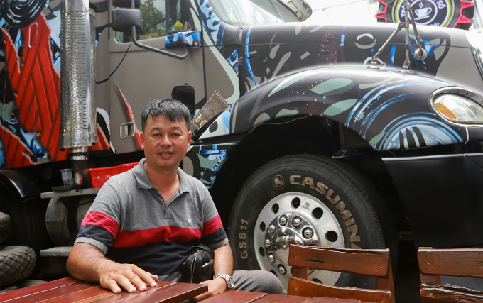As an autoenthusiast, I bought a used 40-feet tractor with two decommissioned containers, then transformed them into a coffee house. It took me almost a year to finish setting up this shop, said the owner Nguyen Thanh Nhut.