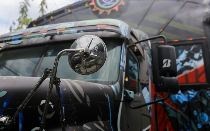 The outside of truck is kept the same from the rearview mirror, car glass, headlights, gas tank are left untouched. Nhut only repainted the truck.