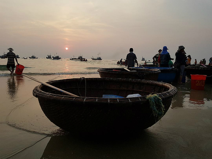 The bamboo coracles rest by the seashore after a hardworking day, and add a peaceful ambience to the market.