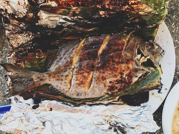 Fresh rabbitfish grilled inside bamboo leaves will surely quench your seafood thirst. A rabbitfish weight 0.5 kilogram costs VND130,000.