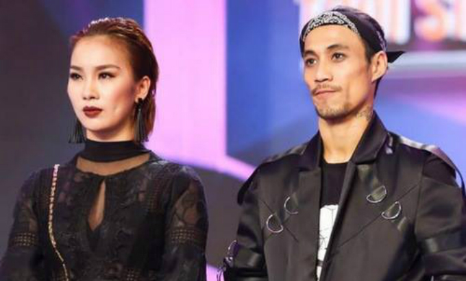 Pham Lich (L) and Pham Anh Khoa stand on stage in the musical show Troi Sinh Mot Cap, as shown in a file photo by VnExpress.