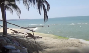 Erosion attacks popular Vietnamese beach